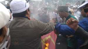 Massa aksi di depan Gedung DPR RI, Senayan, Jakarta, bakar bendera PKI. (Suara.com/Yosea Arga)