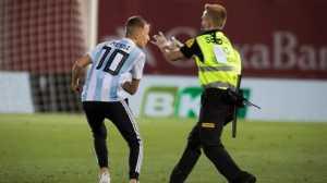 Seorang penggemar Lionel Messi (kiri) merangsek masuk ke lapangan Estadi de Son Moix di Palma de Mallorca