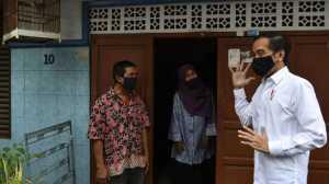 Presiden Joko Widodo (kanan) berbincang dengan warga saat meninjau proses distribusi sembako tahap ketiga bagi masyarakat kurang mampu dan terdampak COVID-19 di kawasan Johar Baru, Jakarta Pusat, Senin (18/5). [ANTARA FOTO/Sigid Kurniawan]
