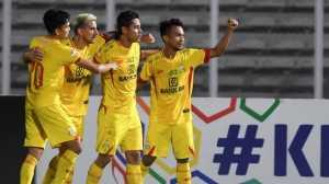 Pesepak bola Bhayangkara FC Indra Kahfi Ardhiyaksa (kedua kanan) bersama rekan-rekannya melakukan selebrasi setelah mencetak gol ke gawang Madura United pada pertandingan Liga 1 di Stadion Madya Gelora Bung Karno, Jakarta, Senin (5/8/2019). ANTARA FOTO/Hafidz Mubarak A