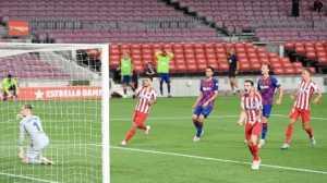elandang Atletico Madrid Saul Niguez (kedua kanan) merayakan golnya ke gawang Barcelona dari titik penalti dalam lanjutan Liga Spanyol di Camp Nou. LLUIS GENE / AFP