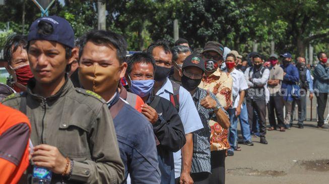 Antrian warga untuk mendaftar perpanjangan SIM di Pelayanan SIM Keliling Masjid At-Tin, Jakarta Timur, Kamis (4/6). [Suara.com/Alfian Winanto]