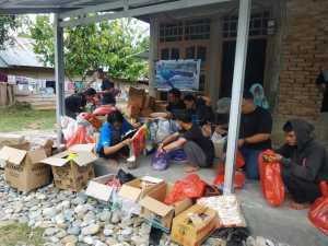 Pergerakan Mahasiswa Islam Indonesia (PMII) cabang Pangkep menyerahkan bantuan pada masyarakat yang terkena dampak banjir di Masamba dan Radda Kabupaten Luwu Utara, Sulawesi Selatan Selasa, 21 Juli 2020.