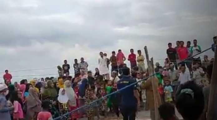 Aksi nelayan Kodingareng Makassar yang diduga melakukan perobekan amplop yang diberikan dari perusahaan tambang pasir. (Ist)
