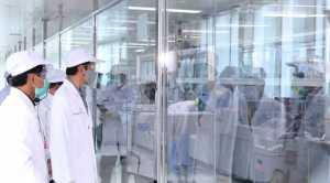 Presiden Joko Widodo meninjau kesiapan dan fasilitas produksi vaksin dan antisera Bio Farma di Bandung, Selasa 11 Agustus 2020 / Biro Pers, Media, dan Informasi Sekretariat Presiden