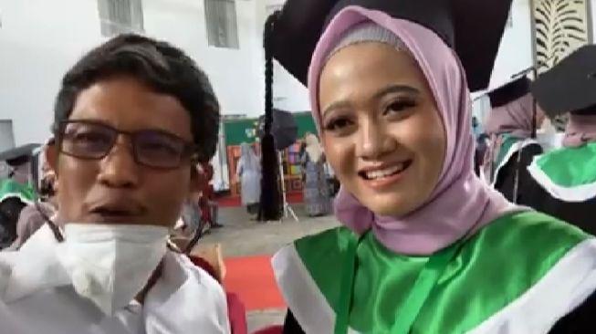 Ananda Ayu Masnathasari, mahasiswi kedokteran pertama beragama Hindu, berhasil wisuda dan menjadi dokter di Fakultas Kedokteran Universitas Muslim Indonesia (UMI) / Foto : Zakir Sabhara