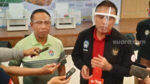Ketua Umum PSSI, Mochamad Iriawan (kanan) bersama Menpora Zainudin Amali saat ditemui di Gedung Kemenpora, Jakarta, Selasa (8/9/2020). [Suara.com / Adie P]