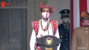 Presiden Jokowi kenakan pakaian adat Timor Tengah Selatan saat Upacara Detik-detik Proklamasi di Istana Merdeka Jakarta, Senin (17/8/2020). [Screenshot Youtube Sekretariat Presiden]