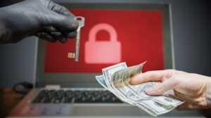 Ilustrasi uang tebusan diserahkan agar peretas membuka akses komputer yang dikunci oleh ransomware. [Shutterstock]