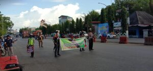 Polres Pangkep bersama komunitas motor Yamaha Nmax Club Indonesia(YNCI) Pangkep menggelar aksi imbauan dan juga membagikan masker kepada pengguna jalan yang melintas di jalan poros Makassar - Pare, Sabtu, September 2020. (Ist).