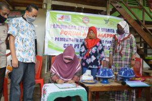 PT Semen Tonasa memberikan bantuan Alat Mesin Pertanian Palawija kepada kelompok tani Wanita di Kelurahan Samalewa, Kabupaten Pangkep, Sabtu, 19 September 2020. (Humas ST).