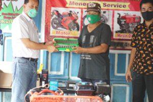 PT Semen Tonasa melalui Program Corporate Sosial Responsibility (CSR) PT Semen Tonasa memberikan bantuan peralatan perbengkelan bagi kelompok bengkel yang ada di Desa Biringere Kabupaten Pangkep.(Humas ST).