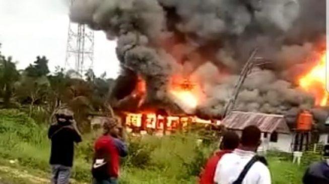 Kantor Disnaker Keerom dibakar kelompok massa yang kecewa dengan pengumuman hasil CPNS. (Dok istimewa)