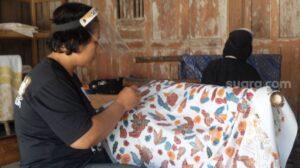 Sejumlah perajin batik Sembung Gallery sedang membatik di Lendah, Kulon Progo, Minggu (27/9/2020). - (SuaraJogja.id/Hiskia Andika)