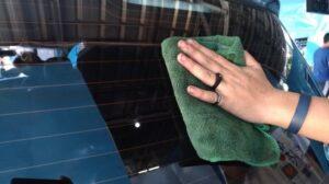 Tips membersihkan jamur dari kaca mobil. [Suara.com/Manuel Jeghesta]