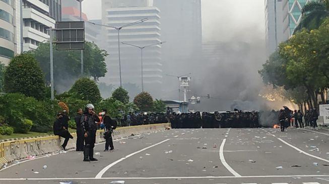 Aksi massa menolak Undang-Undang Cipta Kerja di Jalanb Medan Merdeka Selatan, jakarta, dipukul mundur aparat kepolisian, Kamis (8/10/2020). [Suara.com/Muhammad Yasir]