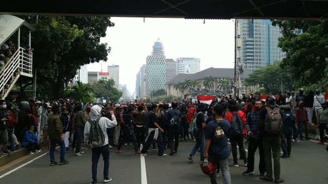 Aksi gabungan mahasiswa dan pelajar saat demo tolak Omnibus Law Cipta Kerja di kawasan Patung Kuda. (Suara.com/Mu Yasir)