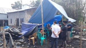 Perusahaan Semen Tonasa memberikan bantuan tanggap bencana pada korban kebakaran yang terjadi di Dusun Gatta-gattareng Desa Taraweang Kabupaten Pangkep.(Humas ST).