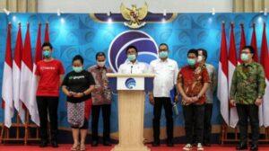 Menkominfo Johnny Plate menggelar konferensi pers bersama perwakilan Tokopedia, Bukalapak, dan Halodoc di Jakarta, Senin (23/3/2020). [Antara]