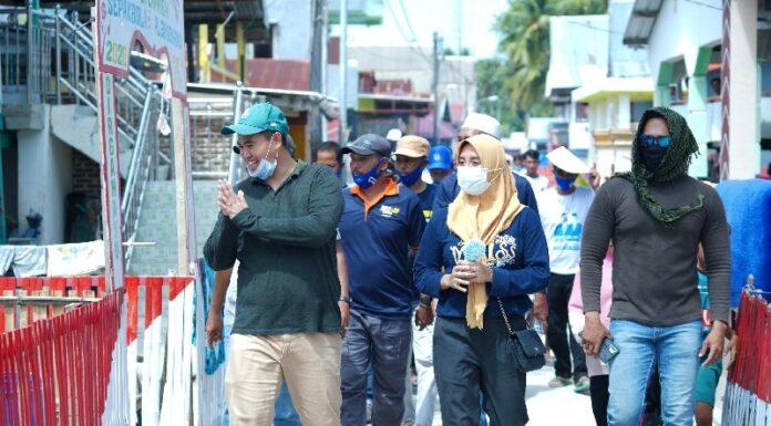 Masyarakat Pulau Gondong Bali Desa Mattiro Matae, Kecamatan Liukang Tubabiring menyambut kehadiran Calon Bupati Kabupaten Pangkep Muhammad Yusran Lalogau dalam kegiatan kampanye dan sosialisasi di Pilkada Pangkep, Selasa, 11 November 2020.