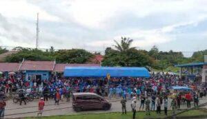 Foto kerumunan massa paslon nomor urut dua Rahman Assagaf-Muammar Muhayyang yang beredar di media sosial. (Ist).