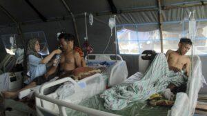 Korban gempa bumi bermagnitudo 6,2 dirawat di halaman Rumah Sakit Regional Sulbar, Mamuju, Sulawesi Barat, Sabtu (16/1/2021). [ANTARA FOTO/Akbar Tado]
