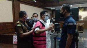 Andi Irfan Jaya (rompi pink) saat menjalani sidang sebagai terdakwa di Pengadilan Tipikor Jakarta. (Suara.com/Arga)