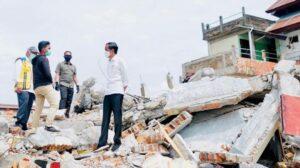 Presiden Jokowi berbincang dengan warga korban gempa bumi di Mamuju, Selasa 19 Januari 2021 / [Foto Sekretariat Presiden]