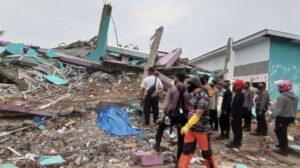 Petugas mengamati bangunan RS Mitra Manakarra yang roboh pascagempa bumi, di Mamuju, Sulawesi Barat, Jumat (15/1/2021). [ANTARA FOTO/Akbar Tado]