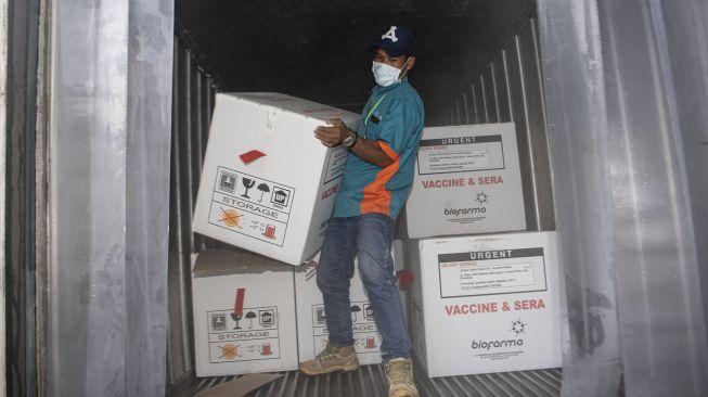 Petugas melakukan bongkar muat vaksin COVID-19 Sinovac saat tiba di gudang vaksin (cold room) milik Dinas Kesehatan Provinsi Sumatera Selatan di Palembang, Senin (4/1/2020). [ANTARA FOTO/Nova Wahyudi]