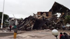Kantor Gubernur Sulawesi Barat (Sulbar) roboh akibat gempat tadi subuh Pukul 2.30 Wita, Jumat 15 Januari 2021 / (suara.com).