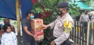 Satuan Unit Sabhara Polres Pangkep memberikan bantuan kepada korban gempa yang saat ini mengungsi di Kabupaten Pangkep.(Humas Polres Pangkep).