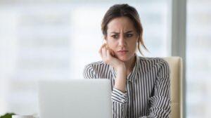 Ilustrasi cemas di depan laptop, laptop lemot, penyebab laptop lemot dan cara mengatasinya.(Suara.com)