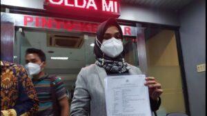 Wedding Organizer atau WO Aisha Weddings resmi dilaporkan ke Polda Metro Jaya karena mempromosikan pernikahan anak usia 12 tahun, Rabu (10/2/2021) malam. [Suara.com/Yasir]