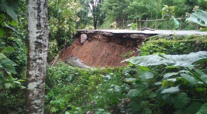 Jalan poros Desa Bantimurung, Kecamatan Tondong Tallasa mengalami longsor sepanjang 20 meter.(Pangkep.terkini.id).