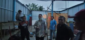 Bupati Pangkep Muhammad Yusran Lalogau (MYL) saat meninjau lokasi terjadinya puting beliung di Kecamatan Segeri Kabupaten Pangkep. Sabtu, 27 Februari 2021.(Ist).