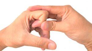 Membunyikan persendian jari. (Shutterstock)