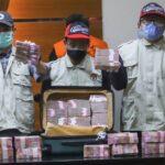 Barang bukti koper berisi uang senilai Rp 2 Miliar ditampilkan saat konferensi pers terkait Operasi Tangkap Tangan (OTT) Gubernur Sulawesi Selatan, Nurdin Abdullah di Gedung KPK, Jakarta Selatan, Minggu (28/2/2021). [Suara.com/Alfian Winanto]