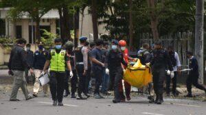 Petugas kepolisian mengangkat kantong jenazah berisi bagian tubuh dari terduga pelaku bom bunuh diri di depan Gereja Katedral Makassar, Sulawesi Selatan, Minggu (28/3/2021). ANTARA FOTO/Indra Abriyanto