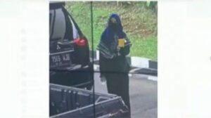 Teroris perempuan berjilbab serang Mabes Polri, Jakarta Selatan, Rabu (31/3/2021). (ist)