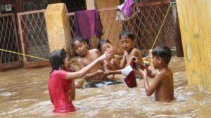 Banjir kiriman yang mengepung di Kampung Pulo, Jakarta, Sabtu (27/12).