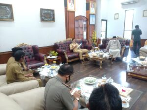 Bupati Pangkep Muhammad Yusran Lalogau (MYL) di ruang pertemuan kantor Bupati saat hari pertama bekerja sebagai Buapti Pangkep.(Ist).
