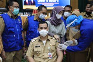 Bupati Pangkep Muhammad Yusran Lalogau (MYL) menerima suntikan vaksin Covid-19 dari Sinovac untuk yang kedua kalinya.(Ist).