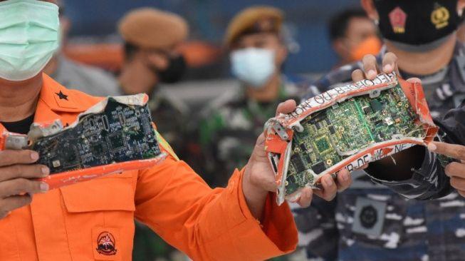Kotak penyimpanan memori dari perekam suara kokpit atau Cockpit Voice Recorder (CVR) pesawat Sriwijaya Air SJ 182 yang dibawa oleh KRI Kurau setibanya di posko pencarian di Dermaga JICT, Tanjung Priok, Jakarta Utara, Minggu (17/1/2021). [ANTARA FOTO/Indrianto Eko Suwarso]