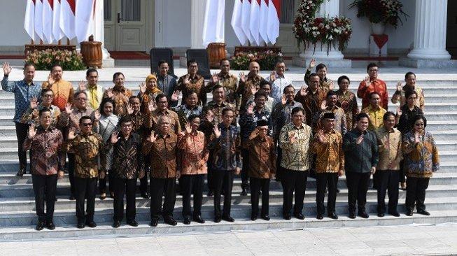 Presiden Jokowi didampingi Wapres Ma'ruf Amin mengumumkan susunan Kabinet Indonesia Maju 2019-2024 di Istana Kepresidenan, Rabu (23/10/2019). (Antara)