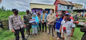 Bupati Pangkep Muhammad Yusran Lalogau(MYL)  menyalurkan bantuan untuk korban angin puting beliung.(Ist).