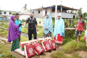 aksi Tim Tanggap Darurat CSR PT Semen Tonasa segera mengirimkan bantuan untuk para korban terdampak. Bantuan yang diberikan berupa sembako beras, mie instan, minyak goreng, gula, teh, biskuit, susu serta uang tunai. (Humas ST).