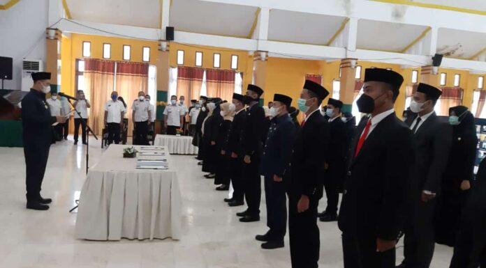 Bupati Pangkep Muhammad Yusran Lalogau (MYL) melantik dan mengambil sumpah jabatan pejabat fungsional di lingkup pemerintah daerah kabupaten Pangkep, di ruang pola Setda, Rabu, 14 April 2021. (Ist).