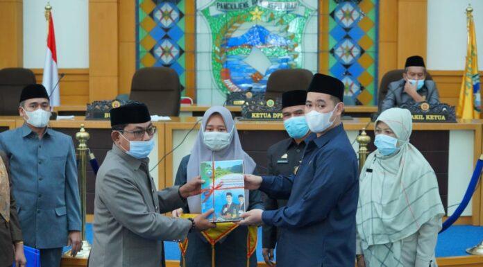 Bupati Pangkep Muhammad Yusran Lalogau (MYL) menyerahkan Rancangan Peraturan Daerah (Ranperda) Perubahan Nomor 4 tentang Organisasi Perangkat Daerah (OPD) pada Paripurna di DPRD Pangkep, Kamis, 15 April 2021 kemarin. Ranperda diserahkan Bupati MYL dan diterima oleh Ketua DPRD Pangkep Haris Gani. (Ist)