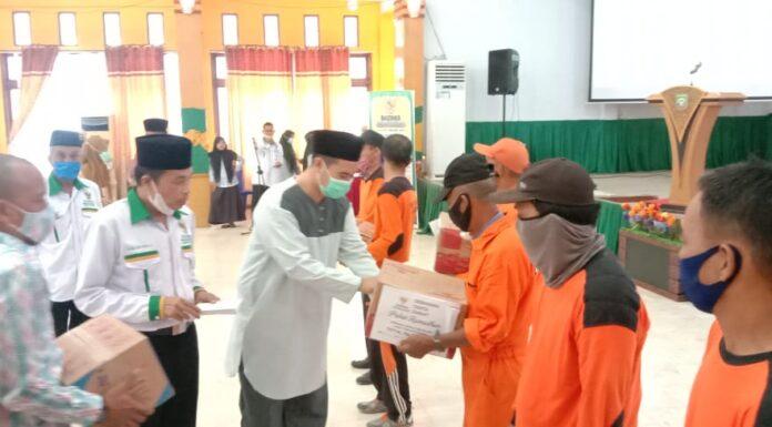 Bupati Pangkep Muhammad Yusran Lalogau membagikan 200 paket sembako kepada tenaga kebersihan.(Ist)